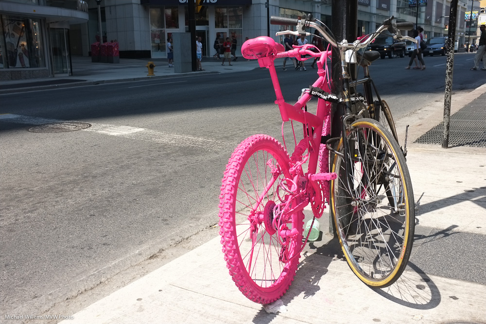 Pink bike in Toronto (Photo: Michael Willems)